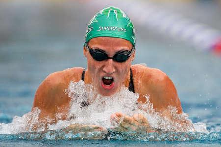 San POELTEN, AUSTRIA - Campeonato de Austria de nataci�n al aire libre el 9 de agosto: miRNA Jukic gana 50 metros braza evento la mujer el 9 de agosto de 2009 en St Poelten, Austria. Foto de archivo - 8448813
