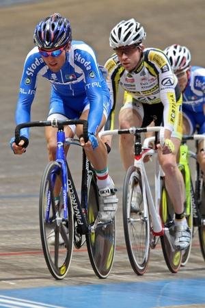keirin: VIENNA, AUSTRIA - 12 gennaio indoor pista ciclistica riunione - Sonny Colbrelli (Italy, anteriore) posti nono in gara scratch maschile il 12 gennaio 2010 a Vienna.