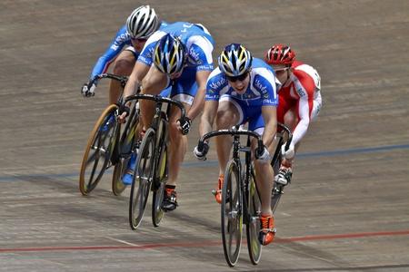 keirin: VIENNA, AUSTRIA - 12 gennaio Indoor pista ciclistica riunione - Francesco Ceci (Italia, anteriore) vince la finale keirin maschile il 12 gennaio 2010 a Vienna, Austria. Editoriali
