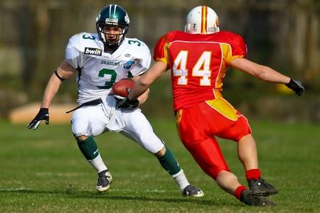 invaders: KORNEUBURG, AUSTRIA - ritmo de 10 de abril de Danubio de dragones St Poelten invasores en una temporada de AFL juego de 63-55 en abril de 2010. Se muestra es RB Andrej Kliman (dragones # 3). Editorial
