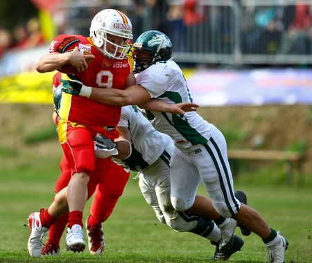 invaders: KORNEUBURG, AUSTRIA - ritmo de 10 de abril de Danubio de dragones St Poelten invasores en una temporada de AFL juego de 63-55 en abril de 2010. Se muestra es QB Vincent Gay (# 9, invasores). Editorial