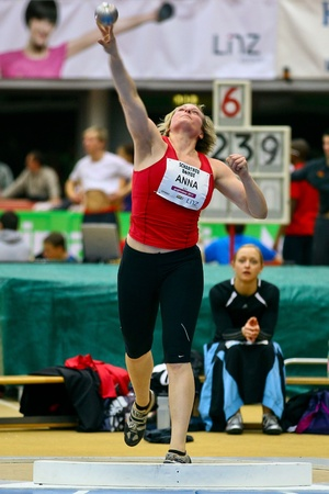 shot put: LINZ, AUSTRIA - 3 de febrero reuni�n de atletismo bajo techo de Linz.  Anna Feichtner (# 623, Austria) coloca en cuarto lugar en el evento de lanzamiento de peso de la mujer, el 3 de febrero de 2011 en Linz, Austria.