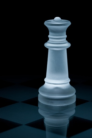 figur: Macro shot of glass chess queen against a black background