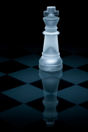figur: Macro shot of glass chess king against a black background
