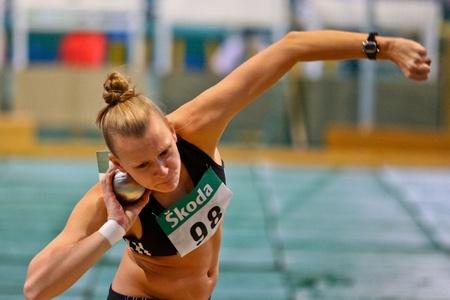 lancio del peso: VIENNA, AUSTRIA - 19 febbraio: Campionato atletica Indoor. Stephanie Waldkircher (# 98, Austria) pone quinto nel getto del peso femminile del 19 febbraio 2011 a Vienna, Austria. Editoriali