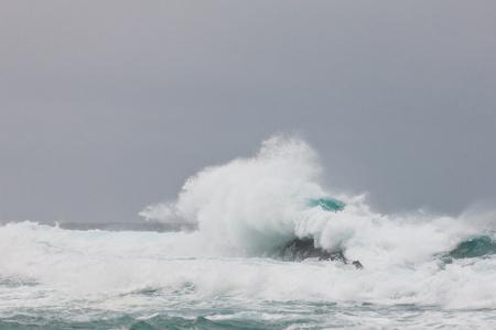 mare agitato: Onde di tempesta rottura a Tsitsikamma National Park in Sudafrica.