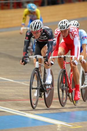 keirin: VIENNA, AUSTRIA - 27 settembre Dennis Wauch (Austria) compete in U23 maschile razza punto di una riunione indoor cycling il 27 settembre 2012 a Vienna, Austria. Editoriali