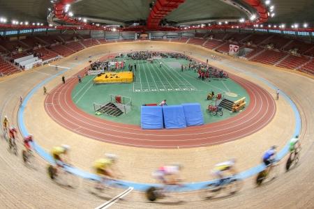 keirin: VIENNA, AUSTRIA - 27 settembre Riders competere nella gara juniores eliminazione degli uomini di una riunione indoor cycling, il 27 settembre 2012 a Vienna, Austria. Editoriali