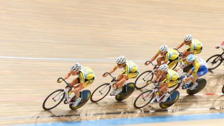 keirin: VIENNA, AUSTRIA - 27 settembre romano Fuerst (Repubblica Ceca) conduce il plotone in U23 maschile caso di eliminazione di una riunione indoor cycling il 27 settembre 2012 a Vienna, Austria. Editoriali