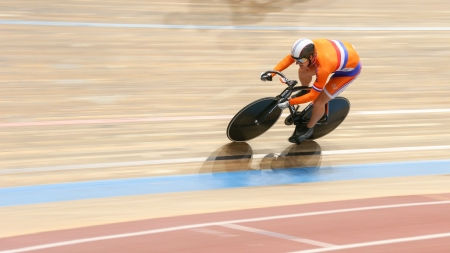 keirin: VIENNA, AUSTRIA - 27 settembre - Rigard van Klooster (Nethderlands) gareggia nella squadra sprint caso di riunione di ciclismo indoor maschile il 27 settembre 2012 a Vienna, Austria.
