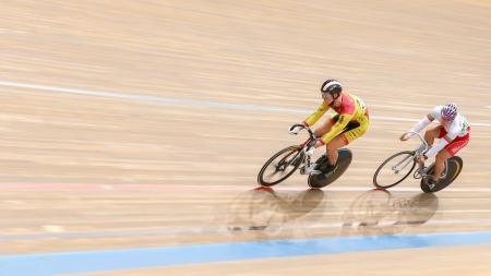 keirin: VIENNA, AUSTRIA - 28 settembre Tomas Babek (Repubblica Ceca) e Miuchev Miroslav (Bulgaria) compete in caso keirin maschile di una riunione indoor cycling il 28 settembre 2012 a Vienna, Austria.