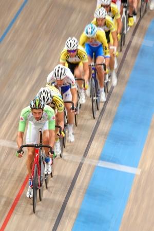 keirin: VIENNA, AUSTRIA - 28 settembre Andreas Graf (Austria) conduce il gruppo in gara scratch maschile di una riunione indoor cycling il 28 settembre 2012 a Vienna, Austria.