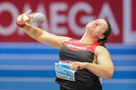 shot put: Gotemburgo, Suecia - 03 de marzo Christina Schwanitz (Alemania) ha sufrido tiro de la mujer puso final en el Campeonato de Europa de atletismo en pista cubierta el 3 de marzo de 2013 en Gotemburgo, Suecia.