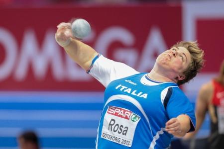 lancio del peso: Gothenburg, Svezia - 3 marzo Chiara Rosa (Italia) pone quarto nel tiro delle donne messe finali durante i Campionati Europei Indoor di Atletica il 3 marzo 2013 a G�teborg, in Svezia. Editoriali