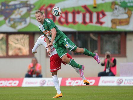 VIENNA, AUSTRIA - SEPTEMBER 28, 2014: Alan (#27 Salzburg) and Mario Sonnleitner (#6 Rapid) fight for the ball in an Austrian soccer league game. Stok Fotoğraf - 36221205