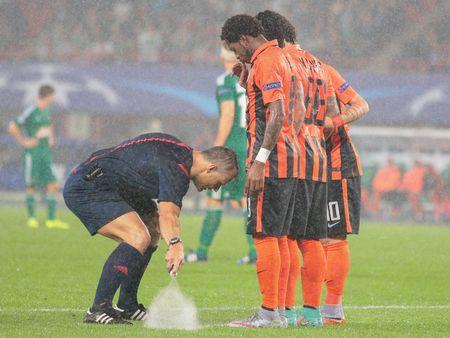 arbitro: VIENA, Austria - 19 de agosto, 2015: Árbitro Björn Kuipers marca la línea en un partido de clasificación de la UEFA Champions League.
