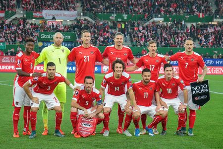 europa: VIENNA, AUSTRIA - OCTOBER 12, 2015: The team of Austria poses before an European Championship qualification game.