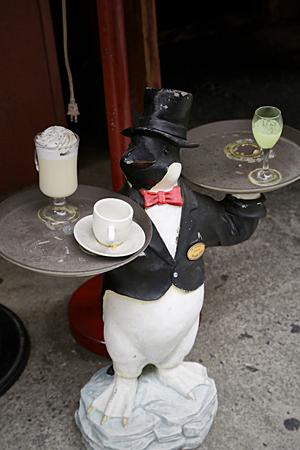 pub servant une drôle de figurine de pingouin Banque d'images