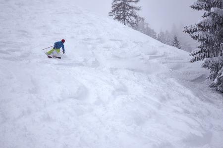 deep snow skiing fun action winter ski extreme 版權商用圖片