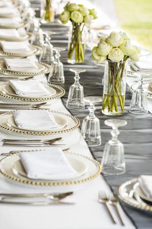 Eleganza tavolo allestito con fiori di loto, messa a fuoco selettiva. Archivio Fotografico - 47294470