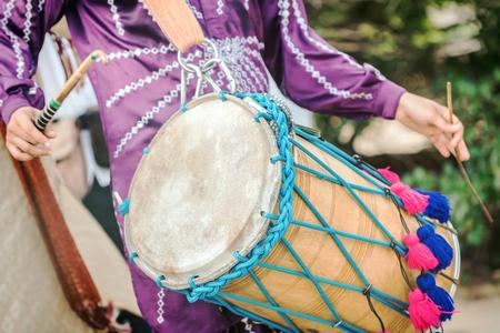musico: Hombre de tambores en las ceremonias de boda india, foco selectivo.