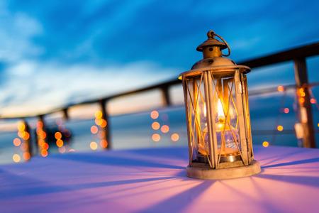 Lantaarn op tafel bij schemering hemel, selectieve aandacht.