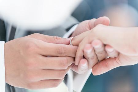 婚禮: 結婚戒指。選擇性的焦點。 版權商用圖片