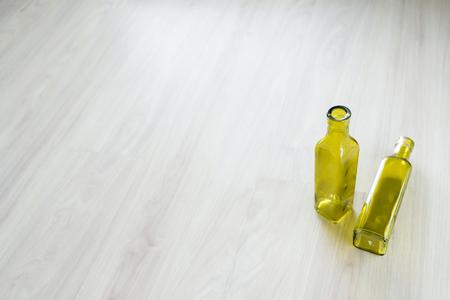 botellas vacias: dos botellas vac�as en el fondo de madera blanca
