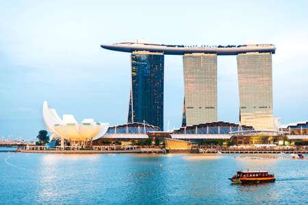 싱가포르 - 7 월 5 일 : 싱가포르 마리나 베이 샌즈의 Sunsetscape 2012년 7월 5일, 싱가포르. 마리나 베이 샌즈는 싱가포르에서 마리나 베이 (Marina Bay)를 잘난 스톡 콘텐츠