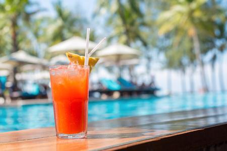 Cocktailglazen bij het zwembad, strand kant. Stockfoto