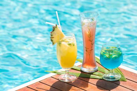 Cocktailglazen bij het zwembad, strand kant. kopiëren ruimte.