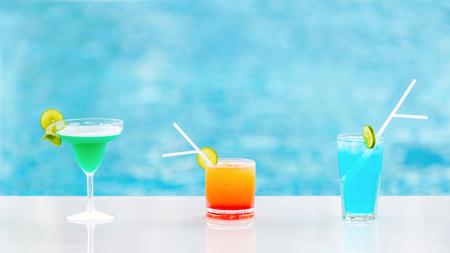 Cocktailgläser am Pool, am Strand. Standard-Bild - 55017123