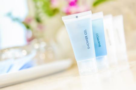 productos de aseo: Art�culos de higiene personal de tubo en un hotel de lujo, gel de ducha, champ�, acondicionador, loci�n para el cuerpo.