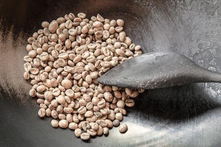 Grüne Kaffeebohnen in der Pfanne mit einem alten Holzschale, bereit zu sein geröstet. Standard-Bild - 60274456