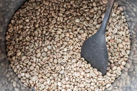 Grüne Kaffeebohnen in Fass mit einem alten Holz . Bereit bereit zu werden Standard-Bild - 60274616