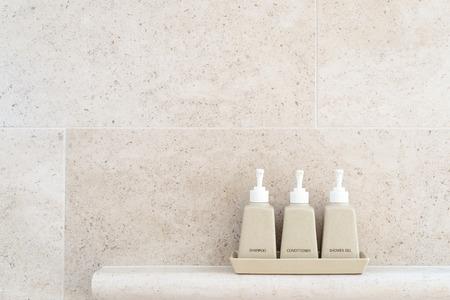 Toiletartikelen buis in een luxe hotel, douchegel, shampoo en conditioner in keramische ware. Kopieer ruimte.