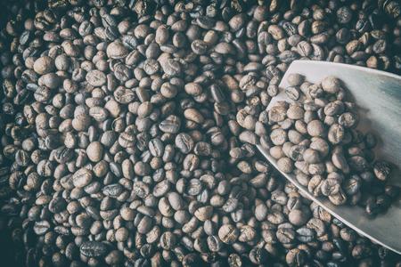 Traditionelle Rösten von Kaffeebohnen. Standard-Bild - 60100782