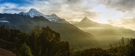 Panoramablick auf die Himalaja-Gipfel die 6993 ms. Mount Machhapuchhare-Fish Tail und Annapurna Süd, Nepal. Standard-Bild - 60100845