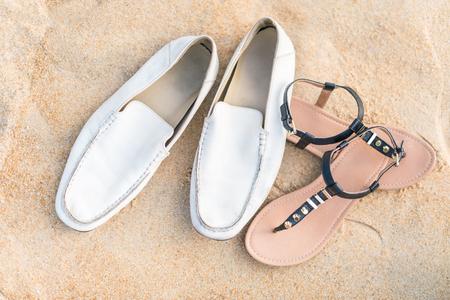 Die Schuhe der Paare am Sandstrand Standard-Bild - 60100863