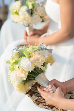 Blumensträuße in Frauen Hand, boquet gemischte Blumen. Standard-Bild - 60100909