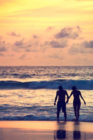 Seascape, schöne Sonnenuntergang Strand mit Silhouette Paare zusammen. Standard-Bild - 62465405