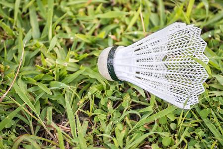 Badminton Federball mit Kunststofffedern auf grünem Gras Standard-Bild - 62465410