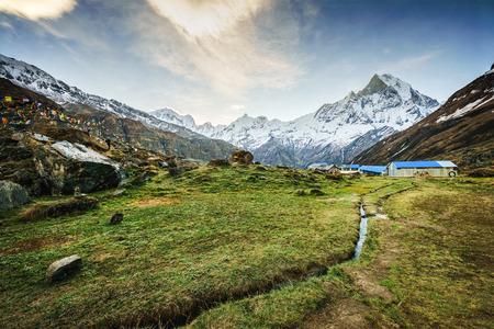 Mit Blick auf das Himalaya-Gipfel die 6993 ms. Mount Machhapuchhare-Fish Tail von Annapurna Base Camp, Nepal. Standard-Bild - 62425924
