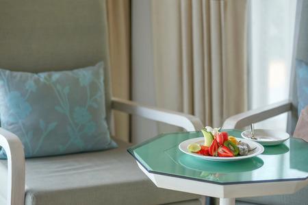 Einige Früchte Erdbeeren, Melone, Papaya, Jackfruit, Wassermelone, Kiwi, Drachenfrucht und Zitronen werden auf Platte, Innenarchitektur verziert. Standard-Bild - 62465412