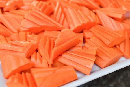 Reife Papaya in Scheiben geschnitten auf weißem Teller Standard-Bild - 62466044
