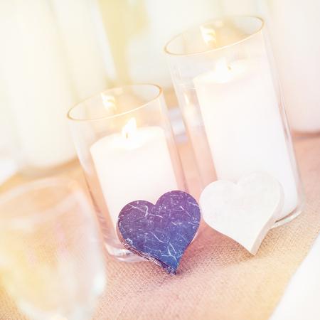 Bunte Dekoration, Kerzen, Marmor Herd Form, Einstellung zum Feiern auf Tisch-Setup. Hochzeit Süße Dekorationen und Anordnung. Standard-Bild - 62466054