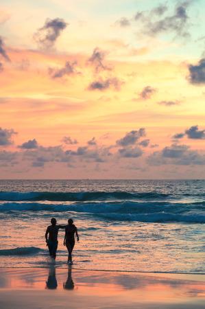 Meerblick, schöner Sonnenuntergangstrand mit dem Schattenbildpaargehen. Standard-Bild - 62466060