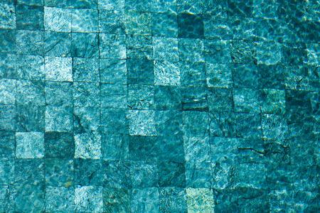 Bunte Wasseroberfläche mit Sonnenreflexionen. Ideale Swimmingpool-, See- und Ozeanbeschaffenheit. Standard-Bild - 62466062