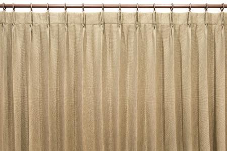 Braune Vorhänge hängen an der Gardinenstange. Isoliert. Standard-Bild - 62466077