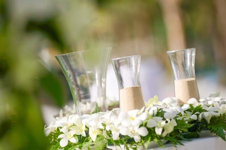 Hochzeitsdekorationen und -arrangements, Blumen, Hochzeitssandzeremonie. selektiver Fokus. Standard-Bild - 62466078